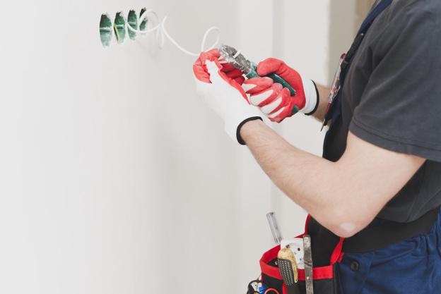 handyman-cutting-wire